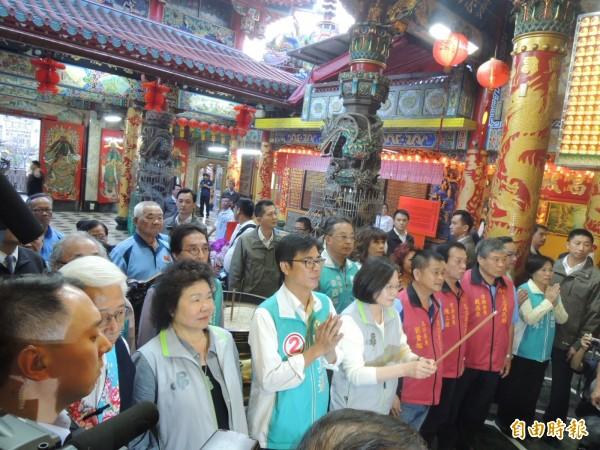 總統蔡英文陪民進黨市長候選人陳其邁到高雄義民廟參拜。(記者蔡清華攝)