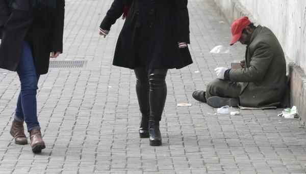 英國研究發現,該國最富裕和最貧困的女性,預期壽命的差距為7.9歲;男性則是9歲到9.7歲不等。乞丐示意圖。(歐新社)
