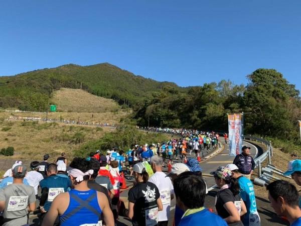 日本和歌山縣「天空半程馬拉松」賽後,竟有120名參賽者上吐下瀉食物中毒。(圖擷自Katsuaki Tokoura臉書)