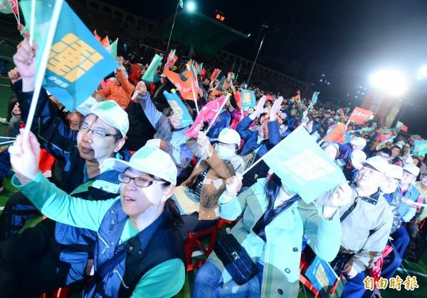 民進黨新北市長候選人蘇貞昌選前之夜晚會,參加民眾情緒沸騰。(記者王藝菘攝)