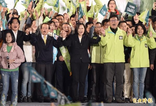 民進黨台北市長候選人姚文智選前之夜,蔡英文與賴清德一起趕到,壓軸登台,牽起姚文智的手加油打氣,全場氣氛嗨翻。(記者簡榮豐攝)