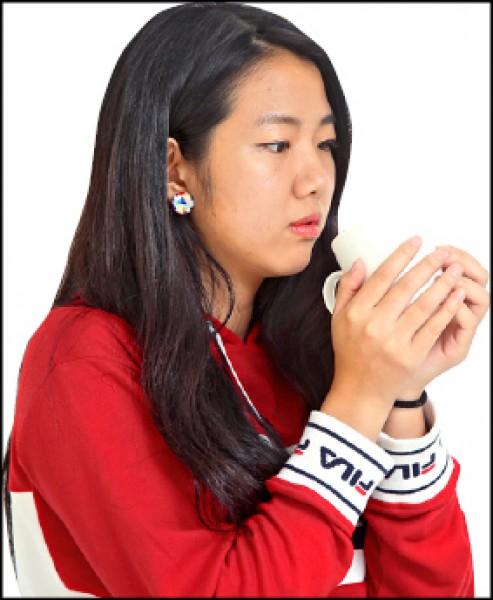 感冒喉嚨痛了好久,明明已經喝了熱薑茶,為什麼好像愈來愈嚴重?(記者沈昱嘉/攝影)
