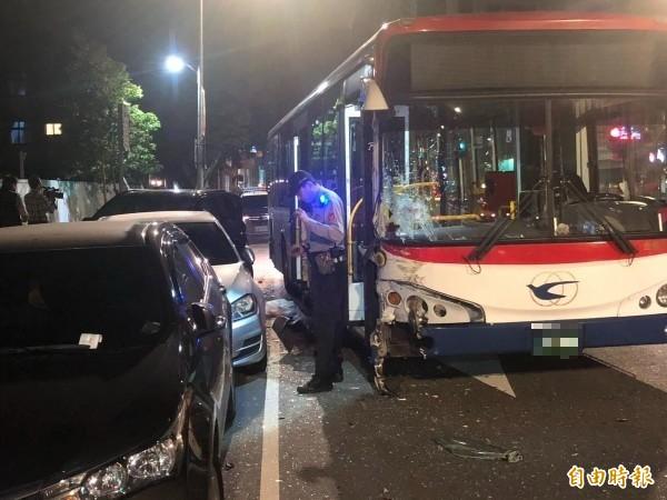 公車司機失控連撞路邊停靠的車轎車。(記者劉慶侯攝)