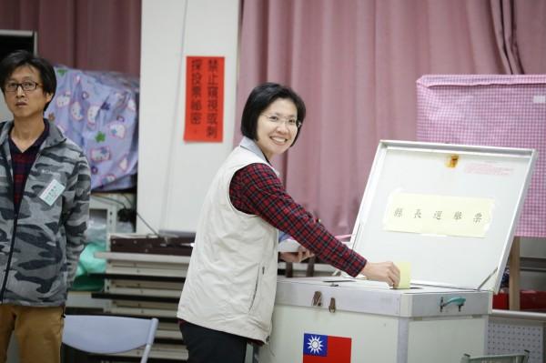 民國黨新竹縣長候選人徐欣瑩今早前往竹仁里集會所投票;她說,今天投票日反而難得休息較久,抱著平常心面對。 (徐欣瑩提供)