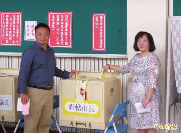 高思博偕同夫人周韻采前往中山國中投下神聖的一票。(記者蔡文居攝)