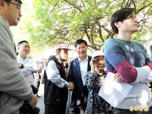 台中市長林佳龍(後3)和市民一起排隊投票。(記者張菁雅攝)