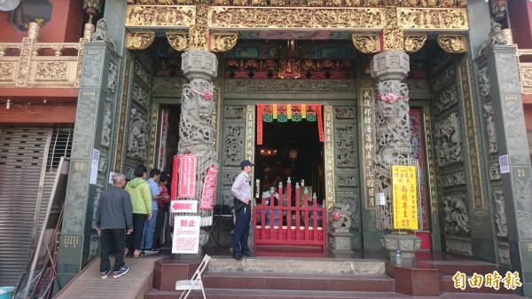 台南市中西區尊王公壇為全國最小投開票所,民眾在神明「監票」下,投下神聖一票。(記者劉婉君攝)