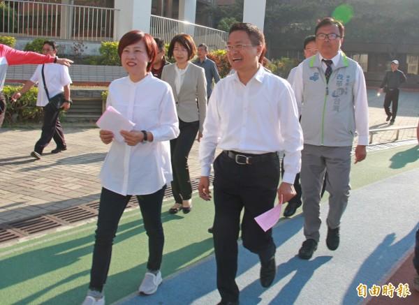 彰化縣長魏明谷(前右)與妻子劉慧如(前左)一同搭配情侶裝投票。(記者陳冠備攝)