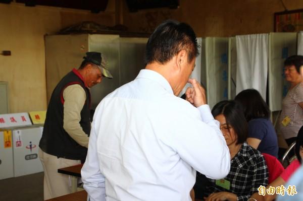 嘉義縣各投開票所進行投票。(照片與新聞當事人無關,記者林宜樟攝)