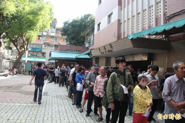 九合一選舉來臨,因為今天除了候選人票外,也另外新增公投票,因此所以有投開票所都出現大排長龍。(記者鍾泓良攝)