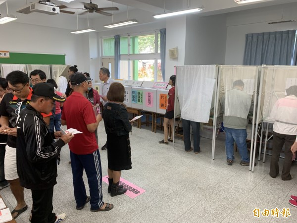 多數民眾領滿10張公投票,投票所內也要排。(記者張存薇攝)
