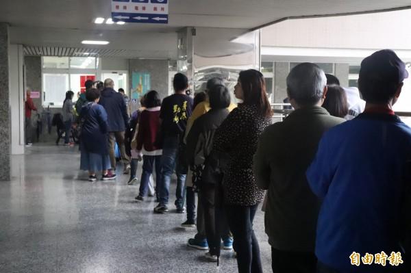 投票日因公投綁大選,投票所外大排長龍,不少人甚至要排1個多小時才投到票,4點投票時間截止,許多投票所外還是有長長人籠。(記者林敬倫攝)