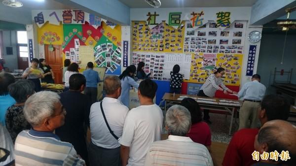 民眾擠進佳里區營頂里投(開)票所看開票統計。(記者楊金城攝)