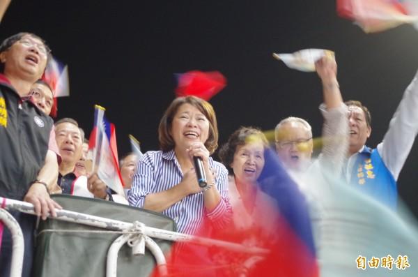 嘉義市長選舉結果,由國民黨黃敏惠再度當選,她今晚登戰車流淚跟鄉親、輔選團隊道謝。(記者王善嬿攝)