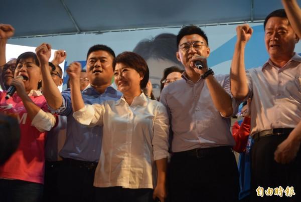 國民黨台中市長候選人盧秀燕(右三)大勝對手林佳龍,發表感言感謝偉大的台中市民。(記者陳建志攝)