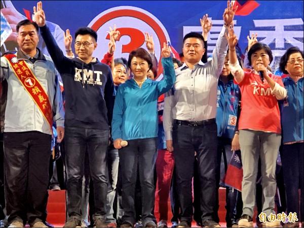國民黨台中市長候選人盧秀燕(左3)比出3號手勢,承諾當選後全力拚經濟。(記者許國禎攝)