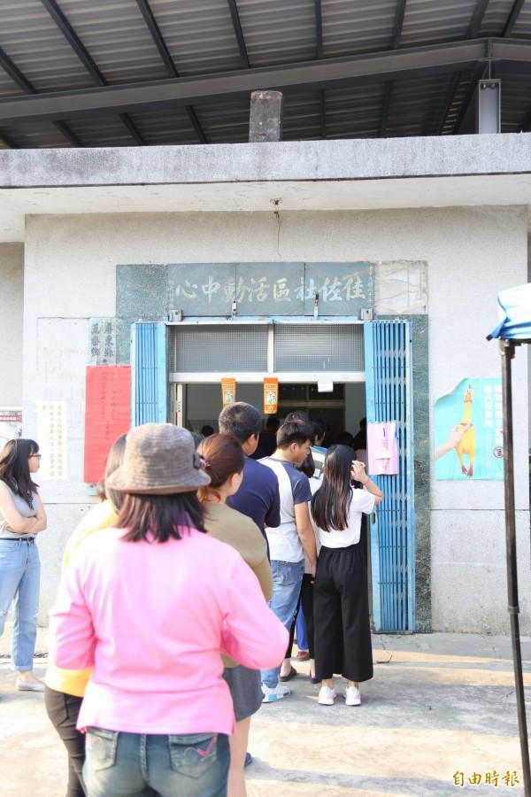 屏東縣萬巒鄉佳佐社區活動中心今天上午傳出公投「亂象」。(記者邱芷柔攝)