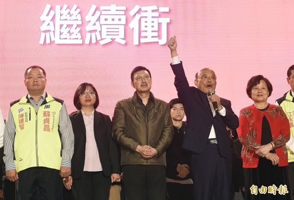 民進黨新北市長候選人蘇貞昌(右二)承認敗選,強調會「繼續努力,依然會繼續衝」。(記者陳志曲攝)