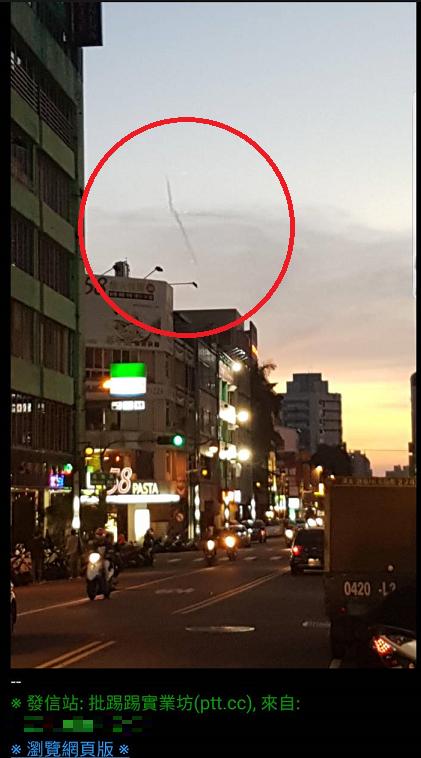 台中網友PO文表示,剛剛在中華夜市看到「飛龍在天」的異相。(擷取自PTT)