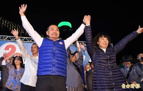 侯友宜當選新北市長,晚間眼眶泛紅拉著太太任美鈴感謝支持者,他說,勝選代表了「正向力量可以贏得一切」。 (記者劉信德攝)