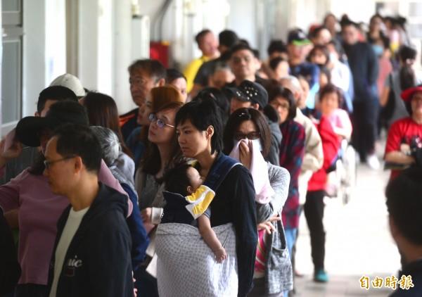 今天是九合一選舉併公投日,不少投票所都出現排隊人潮。(記者王藝菘攝)