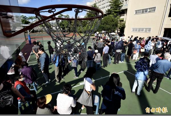 九合一選舉出現排隊人潮,趕來台灣採訪的日媒認為似乎有點混亂。(記者簡榮豐攝)