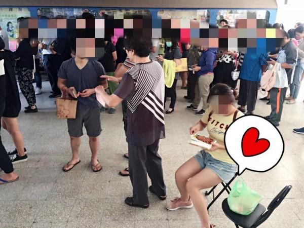 有民眾自行準備椅子和便當前往排隊投票。(圖擷取自臉書「爆怨公社」)