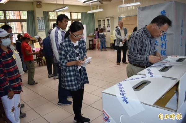 公投十案綁大選,撕毀選票的違法事件多達123件。(記者楊金城攝)