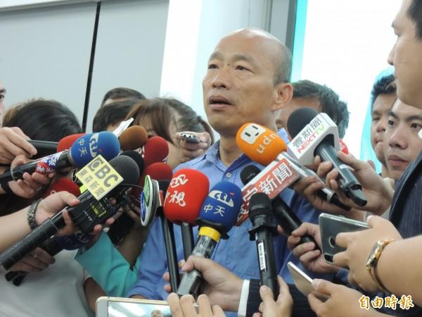 韓國瑜昨晚頻頻接受媒體採訪,忙到凌晨(記者王榮祥攝)
