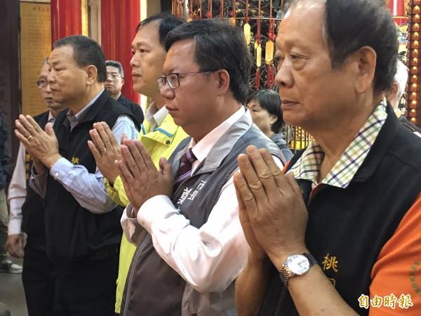 連任成功的桃園市長鄭文燦今天沒有掃街謝票,選擇走訪17座在地廟宇祈福致謝。(記者陳昀攝)