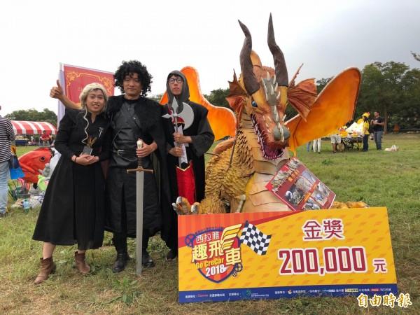 西拉雅趣飛車今年由「冰與果之歌~黃金飛龍來了」以出眾的外型和精巧的工藝擄獲評審團的心,贏得冠軍20萬獎金。(記者萬于甄攝)