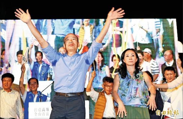 國民黨高雄市長候選人韓國瑜勝選,韓國瑜夫妻上台不斷向支持者鞠躬致謝,韓國瑜哽咽說,「請大家做我的後盾,打造一個嶄新、亮眼、亮麗,有朝氣的高雄」。(記者張忠義攝)