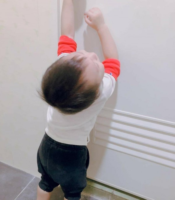 原PO的兒子大哭哀求著跟進廁所後,沒多久卻驚覺不對勁,逃難似的一秒也不想多待。(圖擷取自臉書社團「爆怨公社」)
