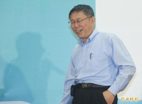 柯文哲在藍綠夾擊下連任台北市長,但網友們認為他仍然沒有超越藍綠,因為從丁守中的票數來看,北市還是鐵藍一塊。(記者廖振輝攝)