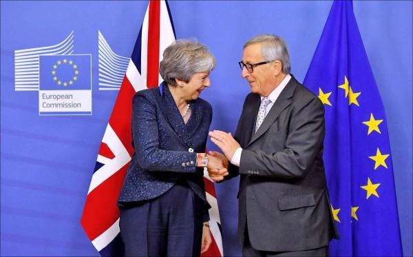 英國首相梅伊(左)、歐盟執委會主席容克(右)24日在布魯塞爾召開的歐盟特別領袖峰會會面。(法新社)