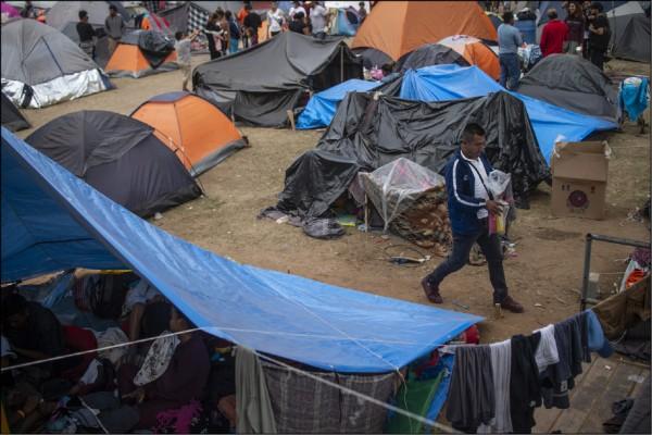 墨西哥移民可望終結以往的「抓放」政策,這項政策讓庇護申請者在待審期間可在美國工作。圖為美墨邊境的帳篷區。(法新社)