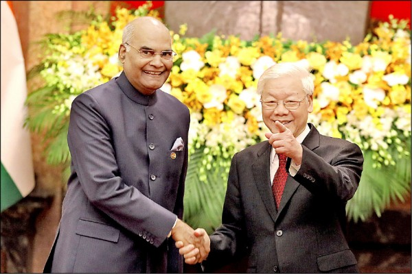 印度總統柯文德(左)、越南國家主席阮富仲(右),11月20日在越南首都河內會晤。(路透檔案照)