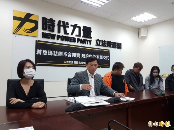 時代力量立委黃國昌(左二)開記者會痛批普悠瑪事故調查報告「避重就輕」。 (記者謝君臨攝)