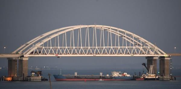 俄羅斯週日用一艘貨輪堵住連接2個海域的唯一通道,並對烏克蘭海軍開火,扣押3艘船艇,傷6名船員。(美聯社)