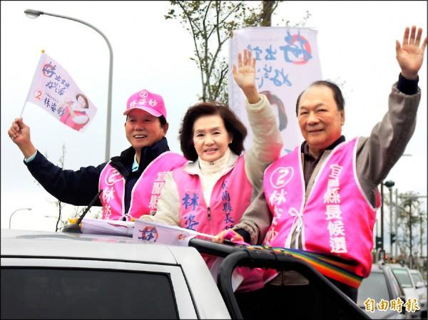 宜蘭縣長當選人林姿妙(中)由競選總部主委林建榮(右)陪同謝票。(記者江志雄攝)