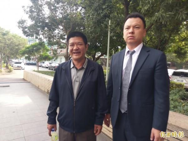 嘉義縣議員當選人王焜玄(左)今由律師陳澤嘉陪同,到嘉義地檢署投案。(記者王善嬿攝)