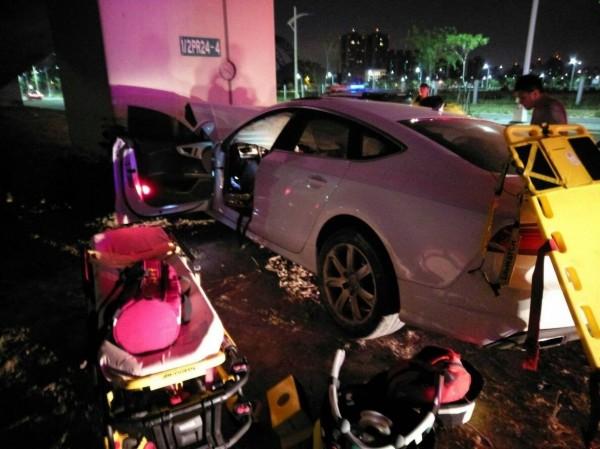 張男駕駛租來的380萬元奧迪豪車,直接撞擊橋墩身亡。(記者張瑞楨翻攝)
