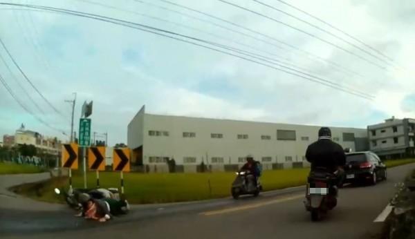 台中市大雅區大林路195巷口地面出現油漬,害3名機車騎士「犁田」。(記者歐素美翻攝)