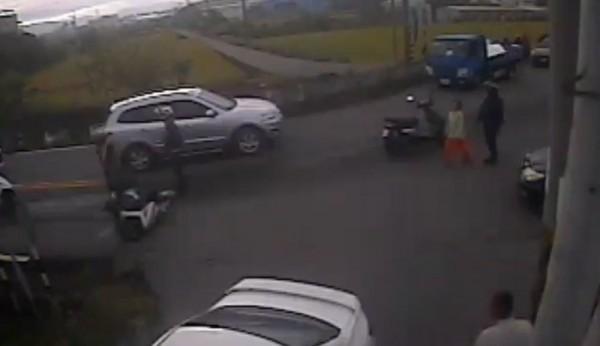 台中市大雅區大林路195巷口地面出現油漬,造成行經的3名機車騎士摔車「犁田」。(記者歐素美翻攝)