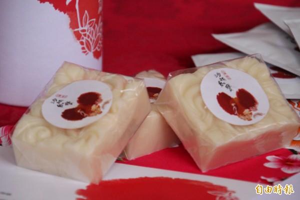 新竹縣橫山鄉沙坑農村再生社區用紅茶萃取的精油加入手工皂中,完成圖中獨一無二的紅寶手工皂。(記者黃美珠攝)