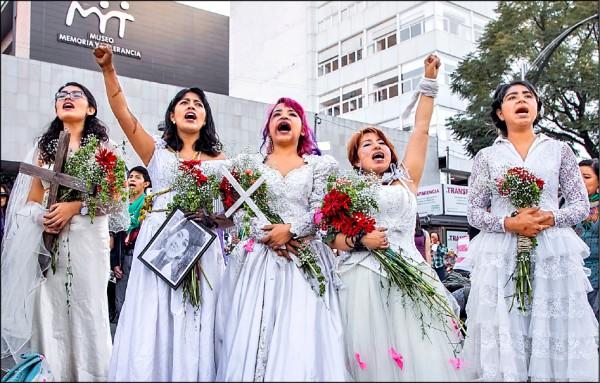 墨西哥女性在「消除對婦女暴力國際日」穿婚紗爭取權益。(美聯社)