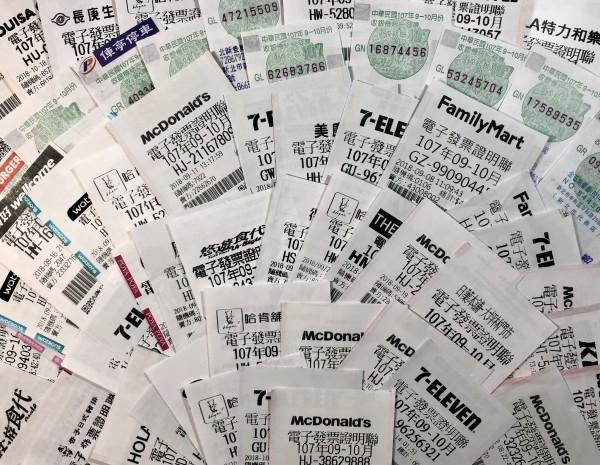 財政部公布最新一期9至10月統一發票中獎名單,最幸運的消費者在全家台北內湖區的德陽店購買花生抹醬厚片,只花30元就幸運對中統一發票1000萬元大獎。(資料照)