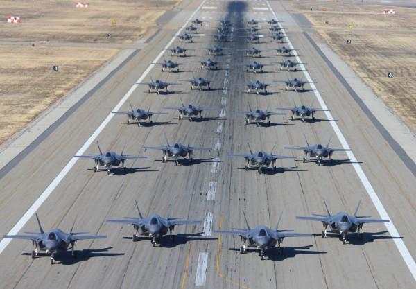 日本防衛省考慮加大引進美軍「F-35」匿蹤戰機,預計採購100架,總價值恐超過1萬億日元。(法新社)