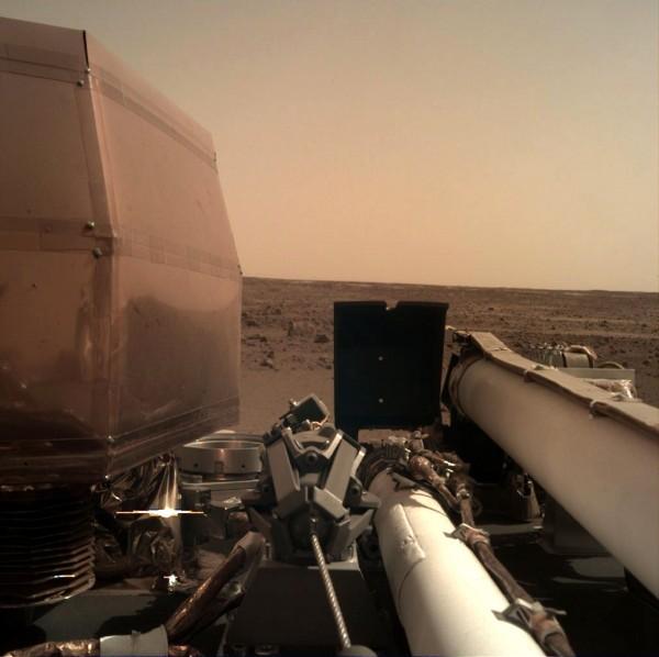 美國太空總署(NASA)的火星探測器「洞察號」(InSight)今成功登陸火星,其拍攝到的第一張清晰照也在今天正式曝光。(法新社)