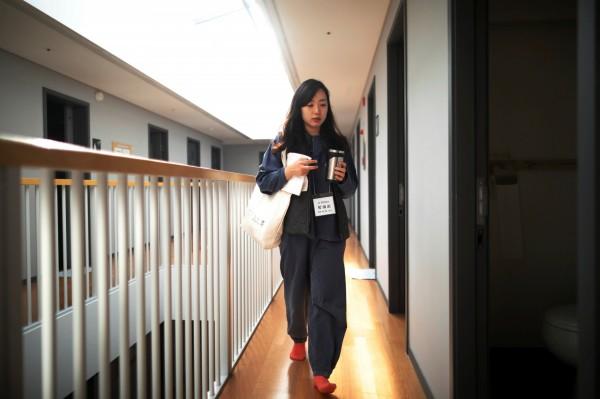 28歲的上班族朴惠利為了消除壓力,花錢來體驗監獄生活。(路透)